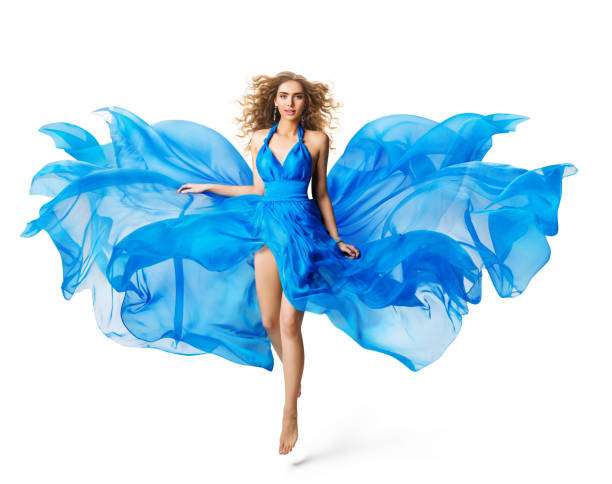 frau flying blue dress, fashion-modell in seidengewölbe waving tuch auf weiß - abendkleid lang blau stock-fotos und bilder