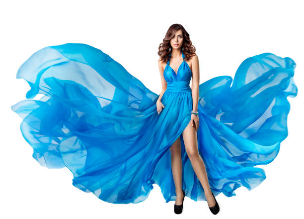 frau fliegen kleid, elegant high-fashion-modell in flatternden blauen kleid, schöne frisur und make-up, weiß isoliert - abendkleid lang blau stock-fotos und bilder