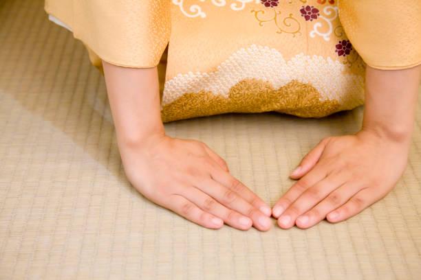 彼の手を折る女 - 畳 ストックフォトと画像