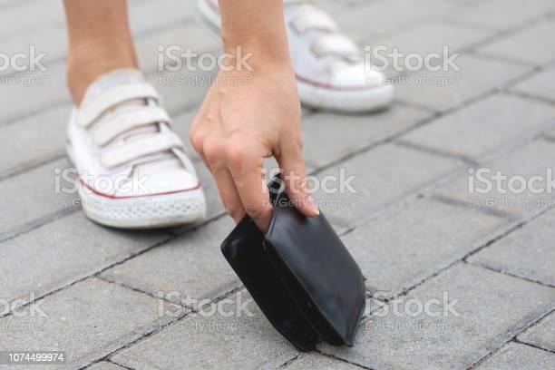 Woman found lost leather wallet picture id1074499974?b=1&k=6&m=1074499974&s=612x612&h=tflyvqo0kibr8biei9snygong4jwzutevpgflhqhuni=