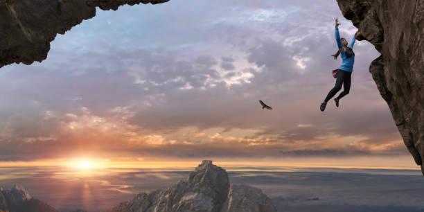 kobieta wolna wspinaczka sama skała twarz wysoko w górę przy wschód słońca - klif zdjęcia i obrazy z banku zdjęć