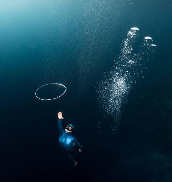 woman free diver - freitauchen stock-fotos und bilder