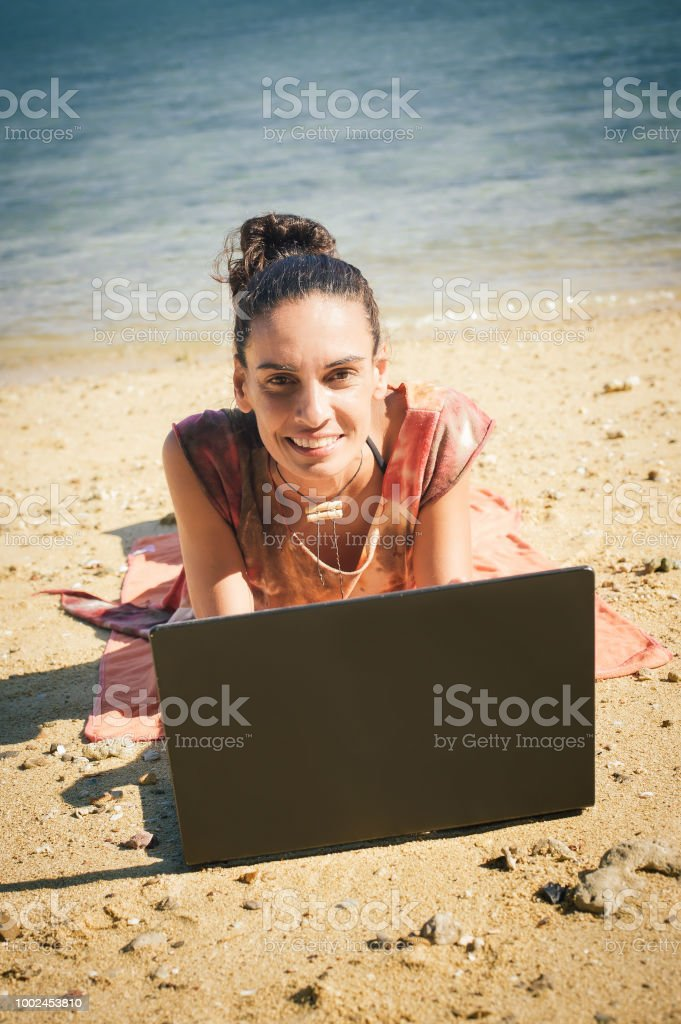 f40efbf2fba3 Frau Freier Auf Laptopcomputer An Tropischen Und Exotischen Strand ...