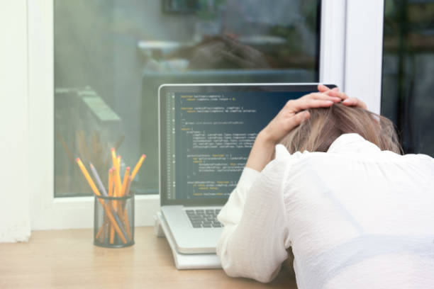 woman freelance programmer working from home - foto stock