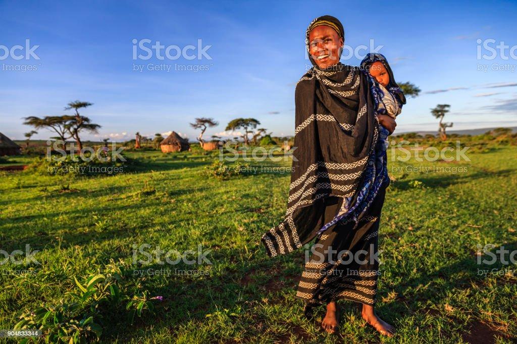 Tribu Borana mujer agarrando su bebé, Etiopía, África - foto de stock