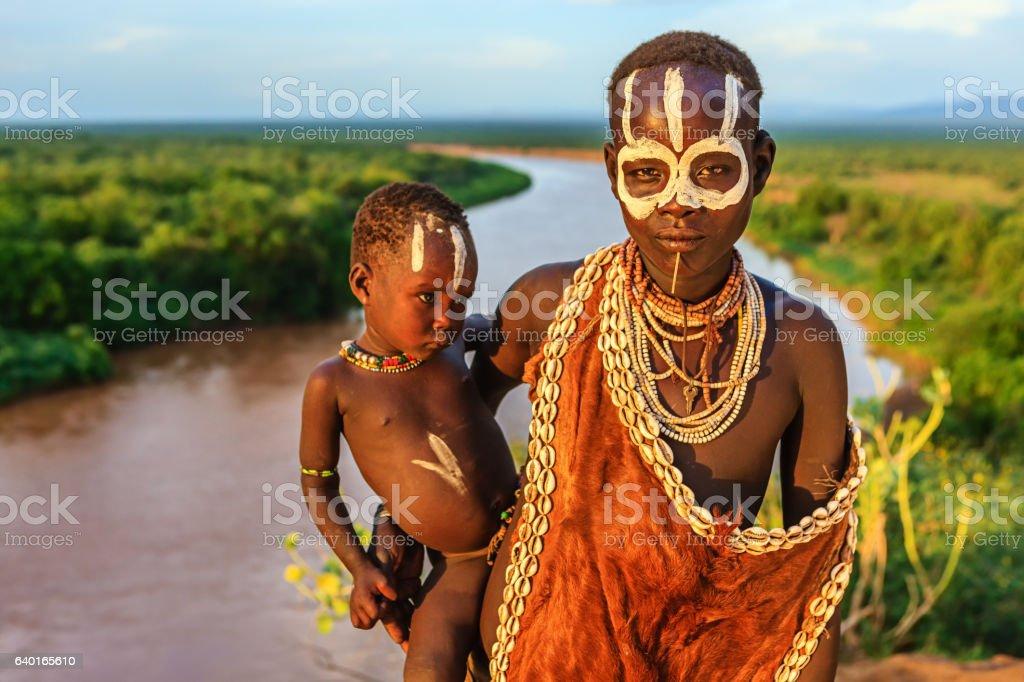 Frau vom Stamm der Karo hält Ihr baby, Äthiopien, Afrika – Foto