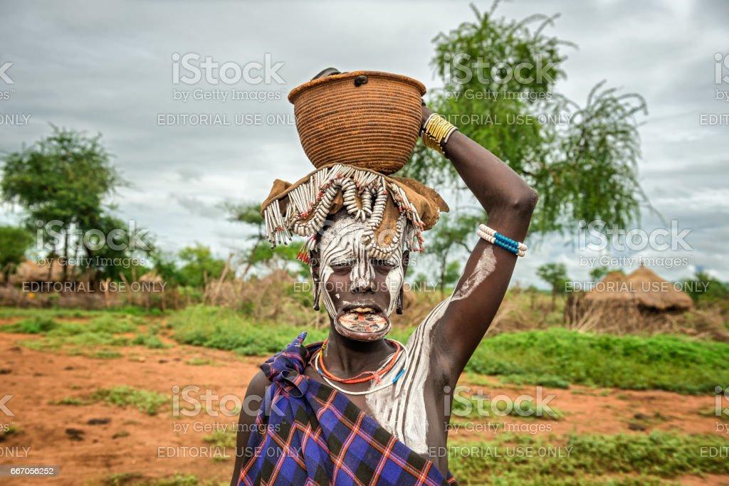 vrouw uit de afrikaanse stam mursi omo valley ethiopië stockfoto en