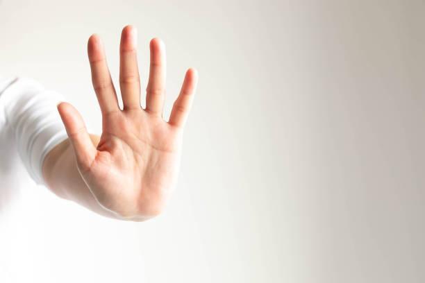 여자의 몸짓은 뭔가를 하지 않는 중지 및 경고를 의미 다섯 손가락을 보여주는 손. - 금지됨 뉴스 사진 이미지