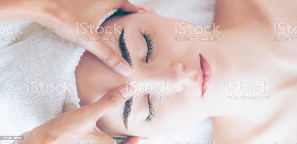 Frau bekommt Gesicht und Kopf Massage im Luxus-Spa. – Foto