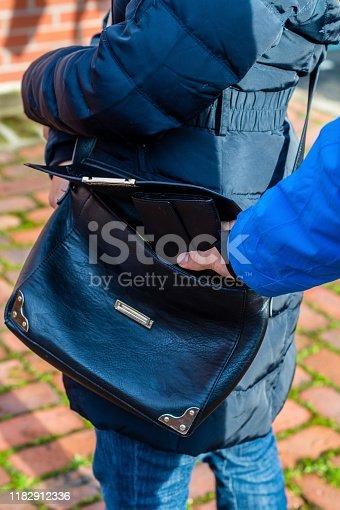Woman gets her wallet stolen