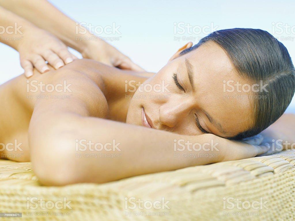 Mulher a receber uma Massagem nas costas foto de stock royalty-free