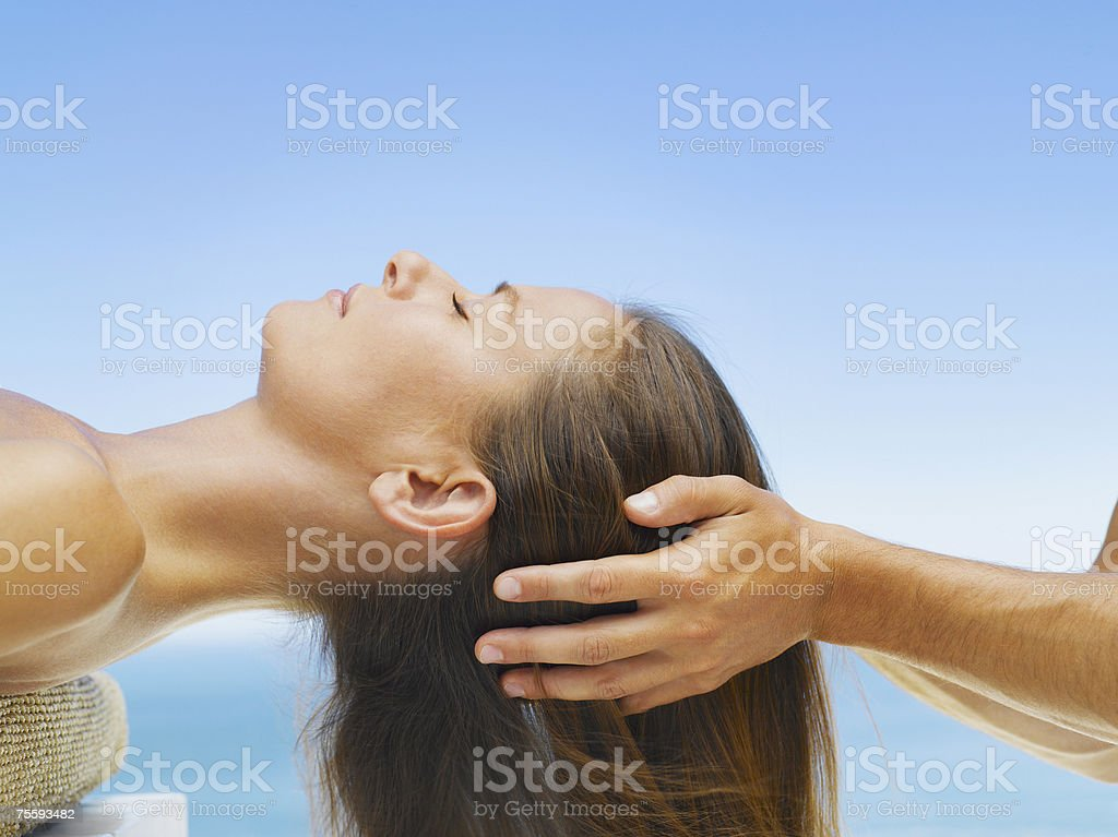Mulher a receber uma Massagem na Cabeça de um masseur foto de stock royalty-free