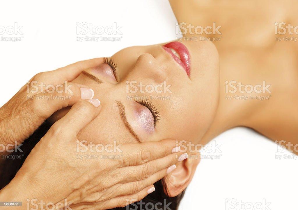 Donna disteso, riceve massaggio reiki, acupressione sui sua testa foto stock royalty-free