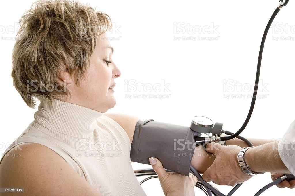 Frau immer Blutdruck überprüft, isoliert auf weiss – Foto