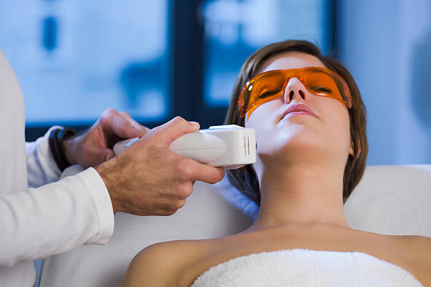 Frau immer Haarentfernung durch Elektrolyse Behandlung auf Ihr Gesicht – Foto