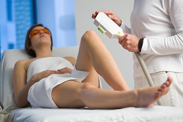 Frau immer Haarentfernung durch Elektrolyse Behandlung – Foto