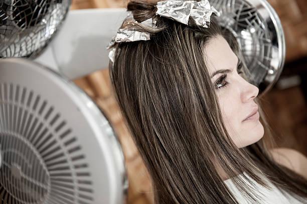 frau, sich die haare schneiden - folien highlights stock-fotos und bilder