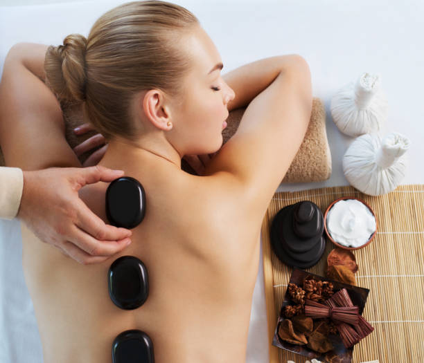 Frau, hot-Stone-Massage im Wellness-Salon. – Foto
