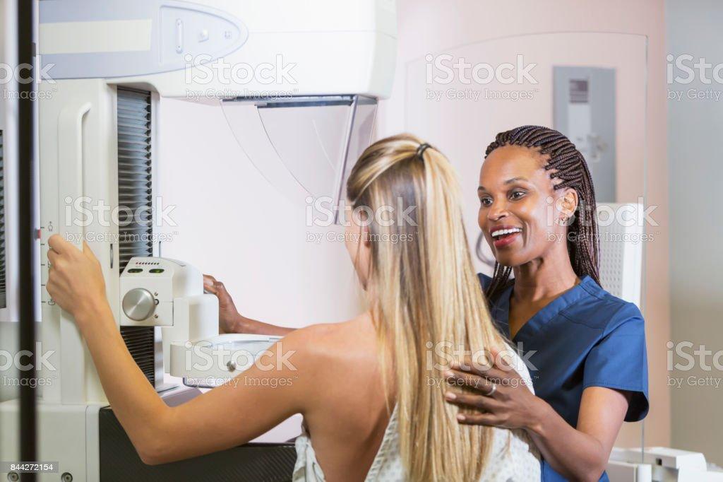 Mujer para mamografía - foto de stock