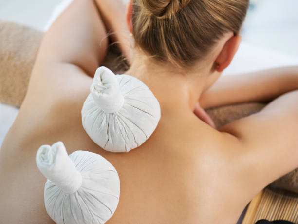 Frau bekommen Massage mit Säcken. – Foto