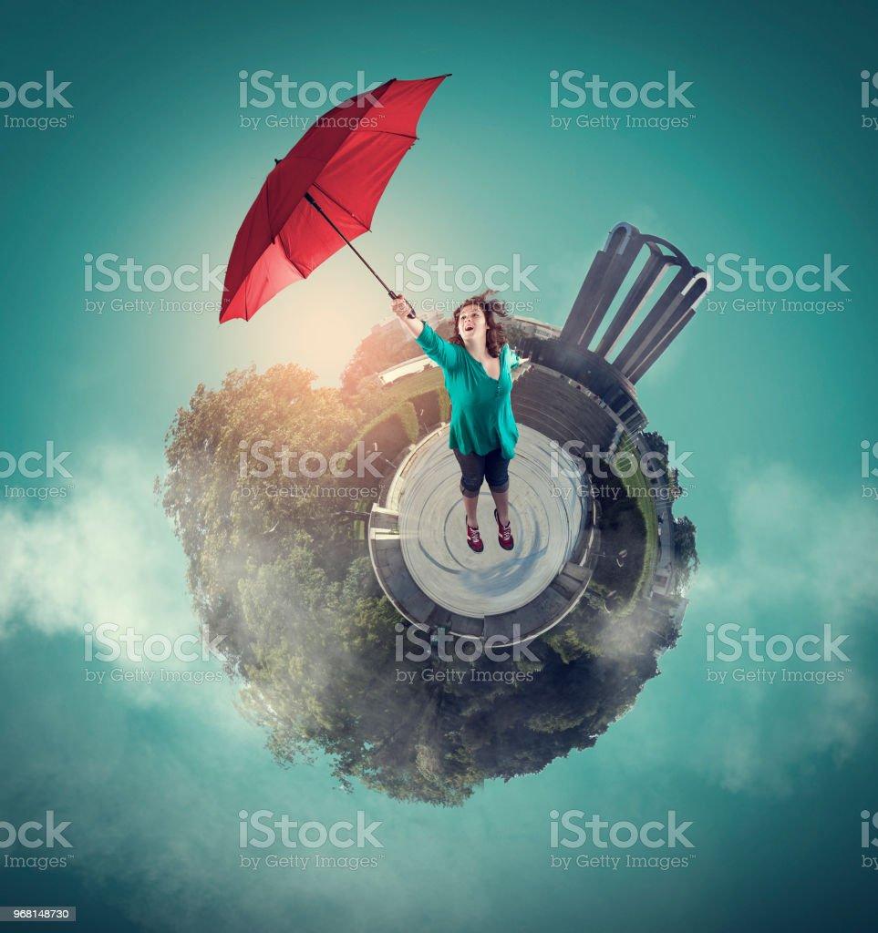 Femme faire décoller avec un parapluie. - Photo
