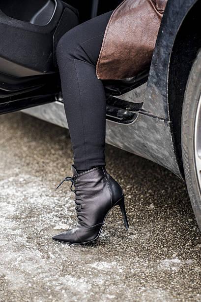 woman getting out of a car - damenschuhe 44 stock-fotos und bilder