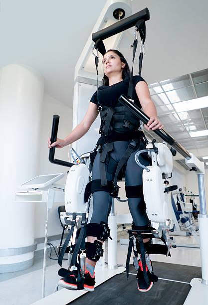 woman getting physiotherapy on a machine - 四肢 身體部份 個照片及圖片檔