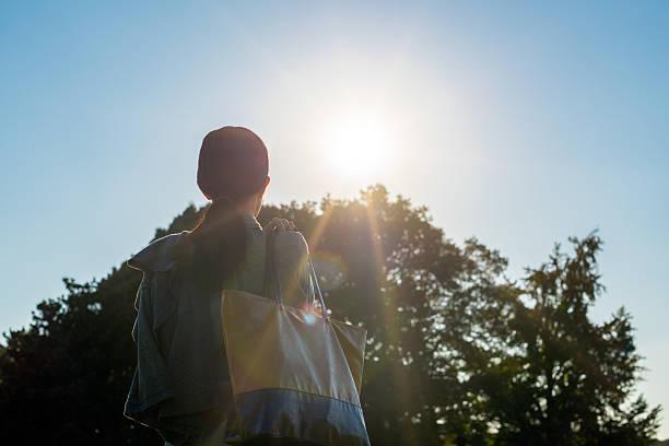 woman getting sunshine - 出勤 ストックフォトと画像