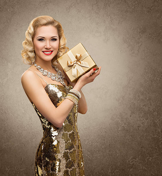 frau geschenk-box, anwesend, vip-mädchen im retro-stil, glänzendes gold-kleid - promi schmuck stock-fotos und bilder