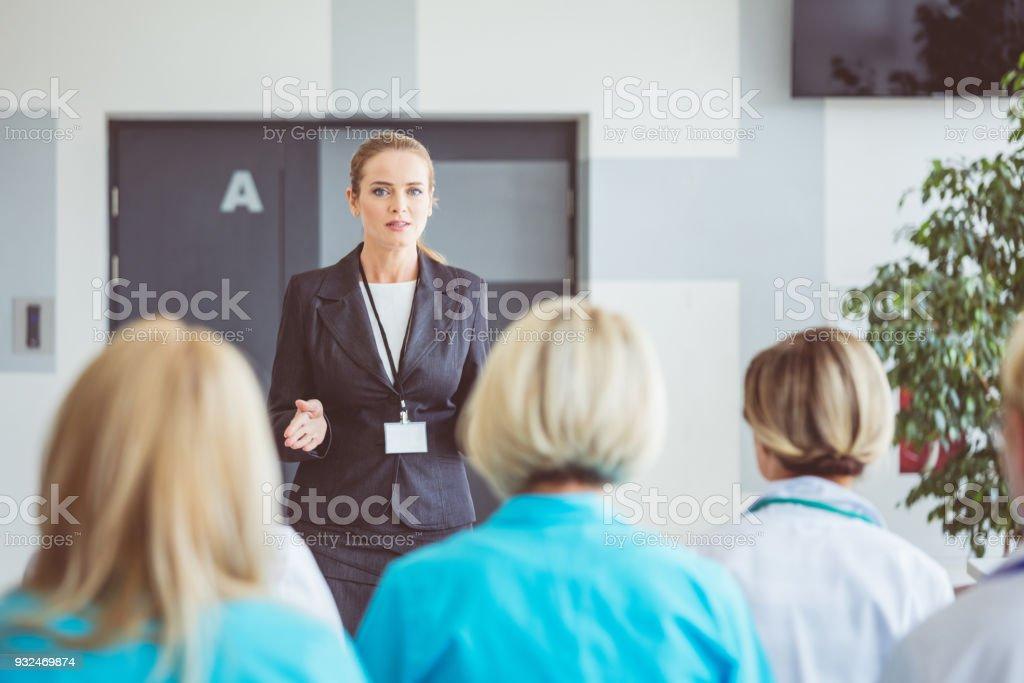 Frau eine Rede am Seminar für medizinisches Personal – Foto