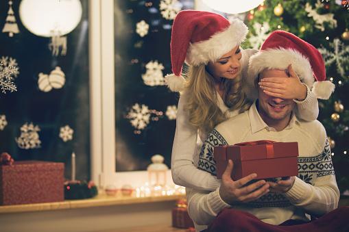 Woman ギブクリスマスプレゼントを男性 - 2015年のストックフォトや画像を多数ご用意