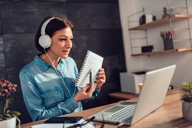 Frau gibt Online-Unterricht – Foto