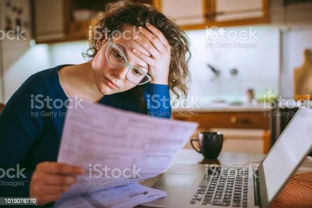 法案通過の女性見て心配してください - 1人のストックフォトや画像を多数ご用意