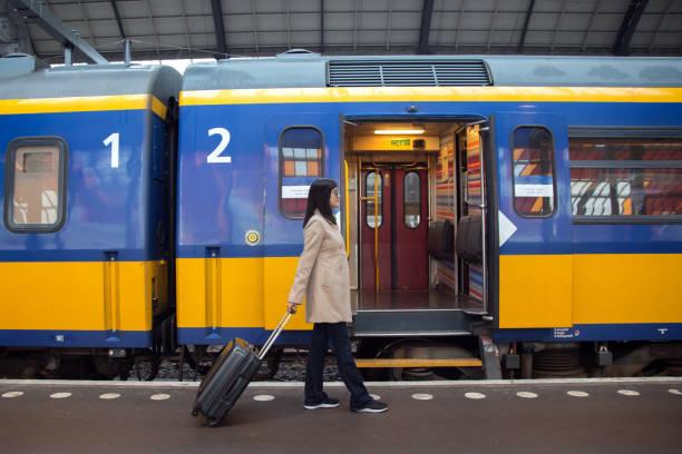 woman going to board the train - konduktor pociągu zdjęcia i obrazy z banku zdjęć