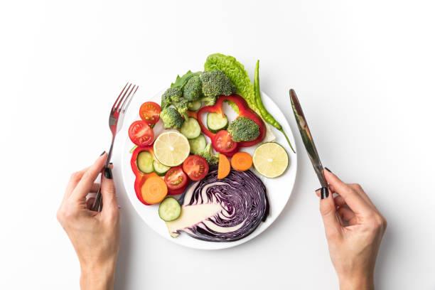 サラダを食べに行く女性 - ローフード ストックフォトと画像