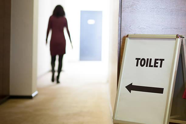 Mujer vaya a sanitario - foto de stock