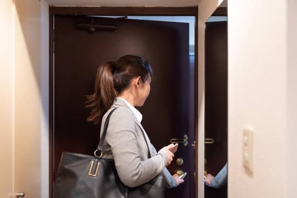 仕事に行く女性 - 独身の若者 ストックフォトと画像