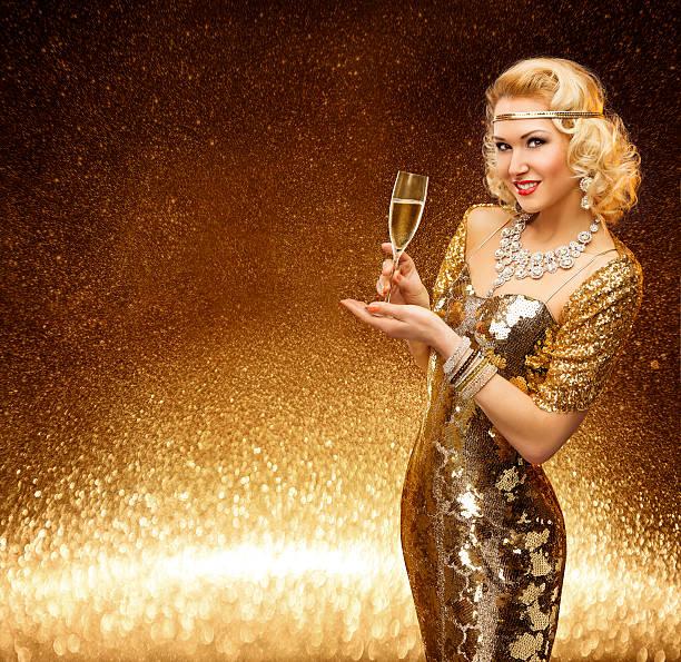 frau gold vip-lady glas champagner, model goldenen kleid - promi schmuck stock-fotos und bilder