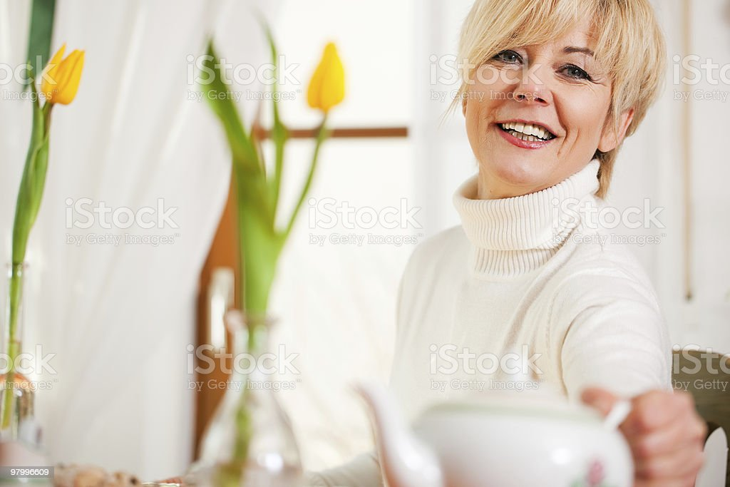 Woman grabbing coffee or tea pot royalty free stockfoto