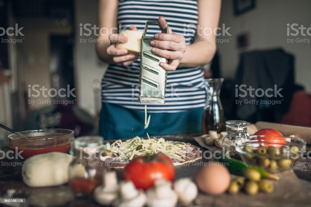 Frau Gitter Käse auf der pizza – Foto