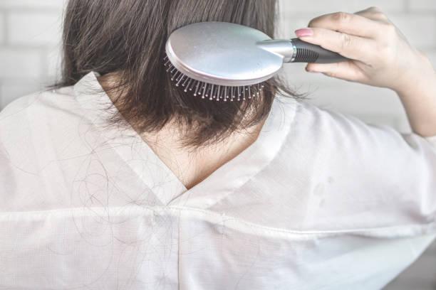 frau haarausfall und fallen - frisuren für schulterlanges haar stock-fotos und bilder