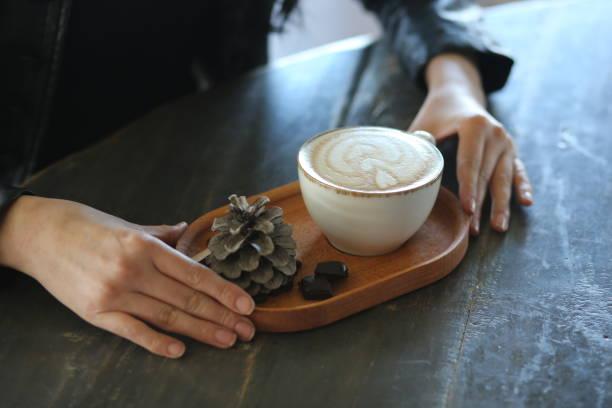 kadın el ve cappuccino - isı sıcaklık stok fotoğraflar ve resimler