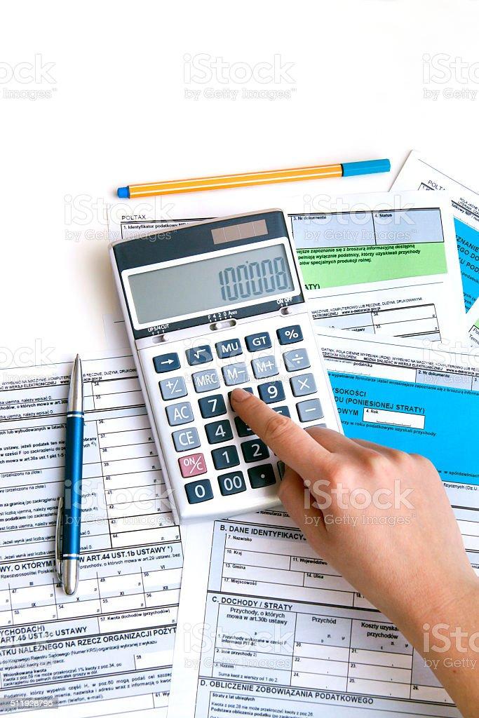Kobieta strony do obliczania podatku PIT formularzy podatku dochodowego obowiązujących-zdjęć – zdjęcie
