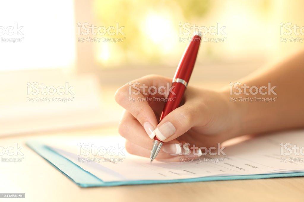 Frau Hand Formular auf einem Tisch – Foto