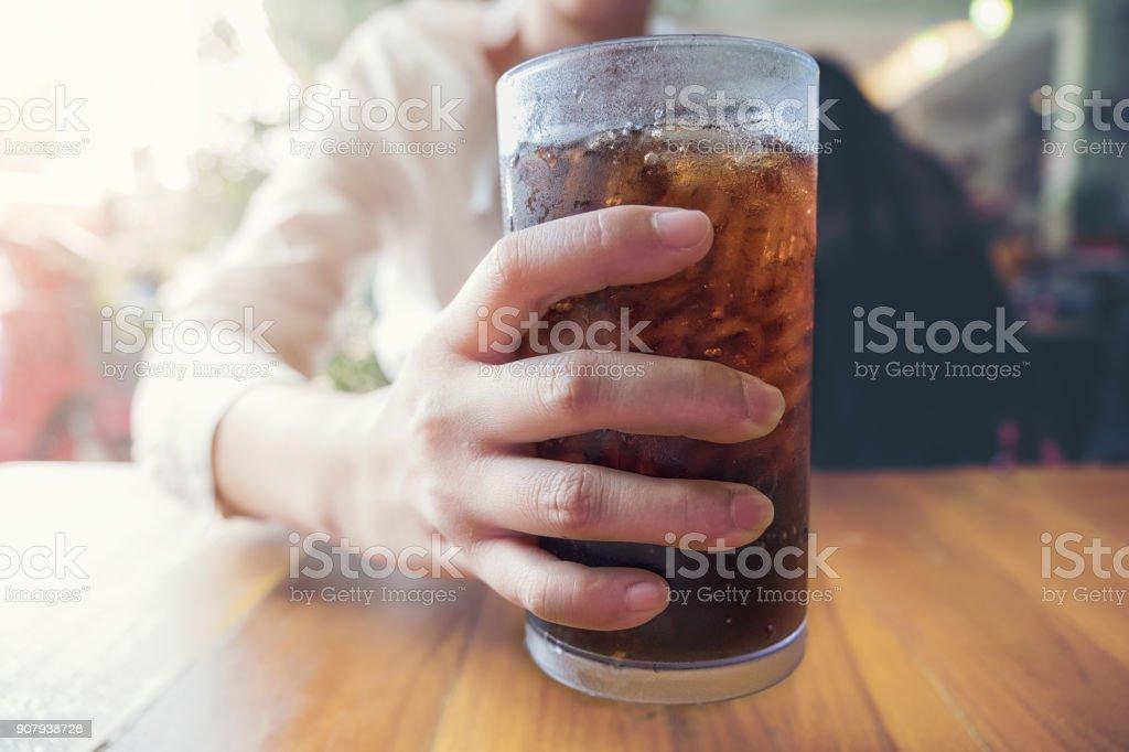 Frau Aushaendigen Glas, Softdrinks mit Eis, Schätzchen oder Kumpel – Foto