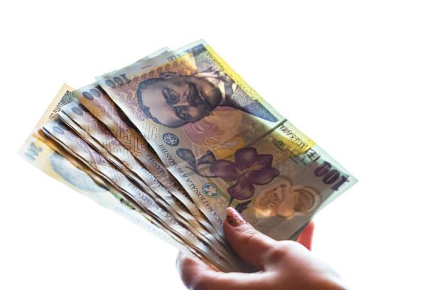 Frau Hand geben Geld wie Bestechungsgelder oder Tipps isoliert auf weißem Hintergrund. LEI-Währungs-Banknoten aus nächster Nähe. Belohnung für harte Arbeit, Finanzen und Geschäftskonzept – Foto