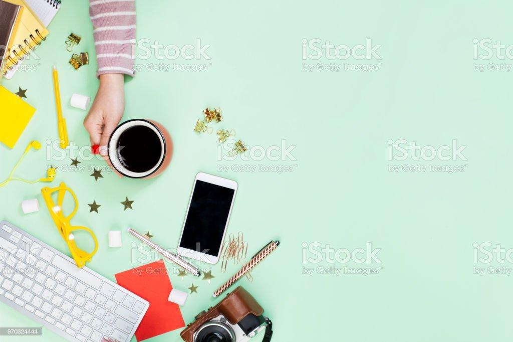 Frau Hand hält eine Kaffeetasse – Foto