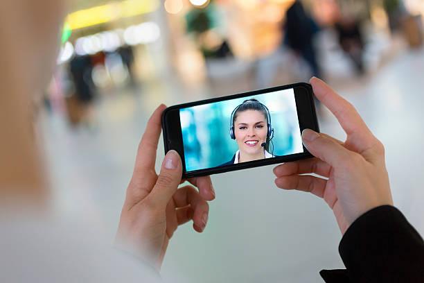 Frau hand halten smartphone, während eine skype – Foto