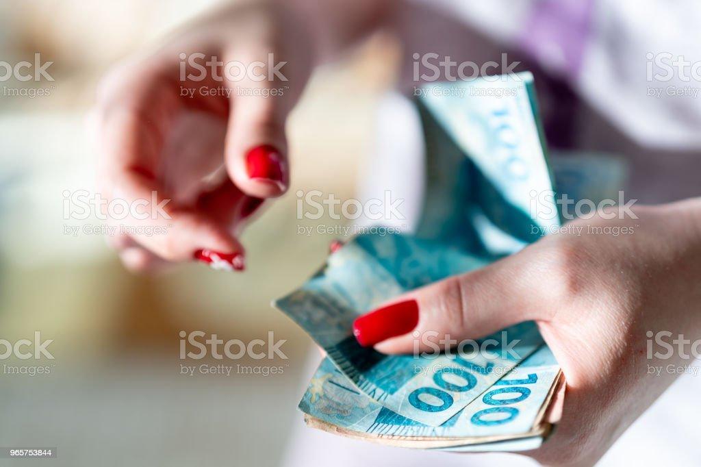 Vrouw hand bedrijf een de munteenheid van reais, Braziliaanse geld - Royalty-free Bankieren Stockfoto
