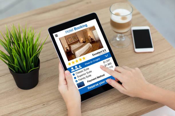 Frau Hand mit Tablet-Computer mit app-Hotel-Buchungsmaske – Foto
